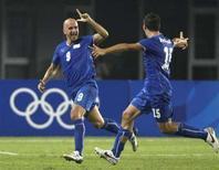 <p>Tommaso Rocchi (sinistra) festeggia un golo segnata oggi controla Corea del Sud con il compagno di squadra Salvatore Bocchetti. REUTERS/Daniel Aguilar (CHINA)</p>