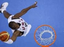 <p>Kobe Bryant, dos Estados Unidos, dá uma de suas sete enterradas durante a partida contra a China. Photo by Lucy Nicholson</p>