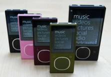 <p>O novo Microsoft ZUNE de 8 gigabytes, em quatro cores diferentes (esq) e o novo ZUNE de 80 gigabyte (dir) em Redmond, Washington. O Zune, da Microsoft, quer usar Hollywood para ganhar vantagem sobre o iPod, da Apple. Photo by Marcus R. Donner</p>