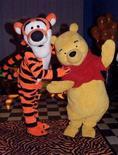 <p>Winnie the Pooh con il suo amico Tigro. SP/SV</p>
