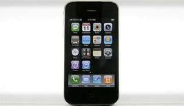 <p>Foto de archivo del iPhone 3g de Apple en exhibición en ciudad de México, 11 jul 2008. Best Buy será el primer minorista de Estados Unidos en vender el iPhone de Apple en el país, gracias a un acuerdo que podría impulsar las ventas del teléfono, que se espera que sea el aparato más codiciado de la próxima temporada navideña. Best Buy, la primera cadena de tiendas de electrónica del país, anunciará el miércoles que pondrá a la venta en 970 de sus tiendas el recientemente lanzado iPhone 3G -que ofrece conexión a Internet de alta velocidad- a partir del 7 de septiembre. (Foto de archivo) Photo by (C) DANIEL AGUILAR / REUTERS/Reuters</p>