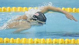 <p>El nadador estadounidense Michael Phelps durante la prueba de relevos 4x200 metros en los Juegos Olímpicos de Pekín, 13 ago 2008. El nadador estadounidense Michael Phelps (en la foto) no sólo es la gran atracción de la piscina en la primera semana de los Juegos de Pekín sino también el atleta que causa más revuelo en internet. Un análisis de discusiones en blogs y foros de internet de la consultora de mercados Nielsen Online mostró que Phelps, de 23 años, era el más discutido entre los 50 perfiles de los atletas que compiten en los Juegos Olímpicos en natación, baloncesto, gimnasia y vóleibol de playa. Photo by Jerry Lampen/Reuters</p>