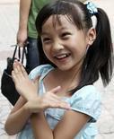 <p>Lin Miaoke la niña de nueve años que participó en la ceremonia de inauguración de los Juegos Olímpicos, regresa a la escuela primaria Xizhongjie del distrito Dongcheng en Pekín, 9 ago 2008. Varios 'blogs' mostraron el miércoles su molestia ante la decisión china de sustituir con una niña bonit (en la foto)a a la intérprete de una canción de la ceremonia inaugural de los Juegos, debido a que la vocalista original tenía los dientes torcidos. Muchas personas dijeron sentirse engañadas porque uno de los momentos más emotivos de la aclamada apertura no fue real. Photo by Xinhua/Reuters</p>