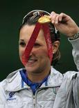 <p>Chiara Cainero con la sua medaglia d'oro. REUTERS/Desmond Boylan (CHINA)</p>