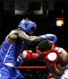 <p>Bastie Samir, de Gana, e Washington Silva, do Brasil, lutam boxe em Pequim     REUTERS. Photo by Lee Jae-Won</p>