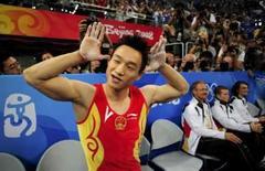 <p>Yang Wei, da China, ouve os aplausos do público após conquistar a medalha de ouro no individual geral da ginástica masculina em Pequim. nesta quinta-feira. Photo by Dylan Martinez</p>