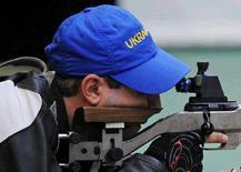 <p>Артур Айвазян принес Украине вторую золотую медаль на Олимпиаде в Пекине. Он праздновал победу в соревнованиях по стрельбе из малокалиберной винтовки из положенгия лежа с расстояния 50 метров, 15 августа 2008 года. (REUTERS/Desmond Boylan)</p>