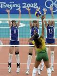 <p>Paula Pequeno, do Brasil, encara o bloqueio do Cazaquistão. Invicto, o Brasil anotou mais um 3-0 em Pequim. Photo by Hannibal Hanschke</p>