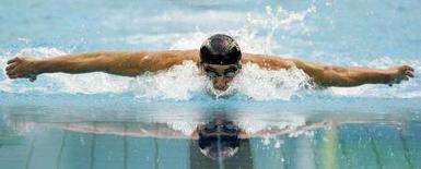 <p>Michael Phelps durante la gara dei 200 misti individuale in cui ha conquistato il suo sesto oro. REUTERS/David Gray</p>