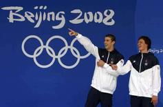 <p>Gli americani Michael Phelps e Ryan Lochte (a destra) prima di una cerimonia di premiazione. REUTERS/David Gray</p>