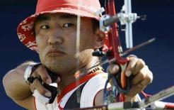 <p>Россиянин Баир Баденов в полуфинале соревнований по стрельбе из лука в Пекине 15 августа 2008 года. Баир Баденов занял третье место в соревнованиях по стрельбе из лука. В поединке за третье место он одолел мексиканца Хуана Серрано со счетом 115:110. (REUTERS/Marcelo Del Pozo)</p>