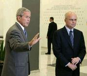 """<p>Президент США Джордж Буш и глава ЦРУ Майкл Хейден 14 августа 2008 года. Президент США Джордж Буш осудил действия России против Грузии, но отметил, что Вашингтон хочет сохранить хорошие отношения с Москвой и не возвращаться к """"холодной"""" войне. REUTERS/Larry Downing</p>"""