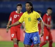 <p>Ronaldinho Gaúcho espera uma jogada durante partida contra a China, pelo Grupo C, dos Jogos Olímpicos de Pequim, em foto de arquivo. Photo by Daniel Aguilar</p>