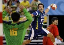 <p>Silvio Laureano marca gol na vitória do Brasil sobre a China no handebol masculino. Photo by Marcelo Del Pozo</p>