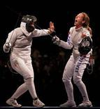 <p>Valentina Vezzali festeggia la vittoria del bronzo con la sconfitta dell'Ungheria. REUTERS/Alessandro Bianchi</p>