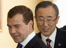 <p>Президент РФ Дмитрий Медведев (слева) и генеральный секретарь ООН Пан Ги Мун в московском Кремле 9 апреля 2008 года. Пан Ги Мун до сих пор не смог обсудить с Дмитрием Медведевым войну в Грузии - российский президент не подходит к телефону, сообщил представитель ООН. (REUTERS/Alexander Natruskin)</p>