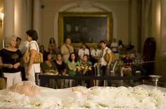 <p>El ataúd del cantautor brasileño Durival Caymmi es visto durante su velorio en Río de Janeiro, Brasil, 16 ago 2008. El cantautor brasileño Dorival Caymmi, quien saltó a la fama en la década de 1930 al escribir un éxito para Carmen Miranda y se hizo conocido como el abuelo de la bossa nova, murió el sábado a los 94 años. Caymmi, quien al igual que muchos grandes brasileños provenía del estado de Bahía, murió a causa de una falla multiorgánica en su hogar en Copacabana, informó su nieta Stella Caymmi al canal de televisión GloboNews. Photo by Bruno Domingos/Reuters</p>