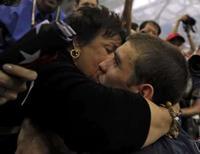 <p>Debbie Phelps beija seu filho Michael Phelps, dos Estados Unidos, maior atleta olímpico da história. Photo by Kai Pfaffenbach</p>