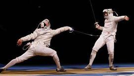 <p>L'italiano Diego Occhiuzzi contro il francese Julien Pillet. REUTERS/Alessandro Bianchi</p>