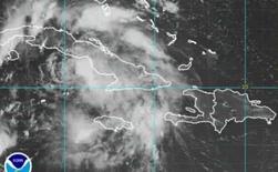 <p>A tempesta tropical Fay é vista em foto sobre o mar do Caribe em imagem de satélite, dia 17 de agosto. Chuva e ventos fortes, com rajadas, golpearam o leste de Cuba na manhã do domingo quando a tempestade tropical Fay aproximou-se da ilha, enquanto autoridades norte-americanas lançavam um alerta de furacão para partes do litoral da Flórida. Photo by Reuters (Handout)</p>