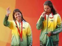 <p>Fernanda Olivera e Isabel Swan ao receberem a medalha de bronze na vela REUTERS. Photo by Pascal Lauener</p>