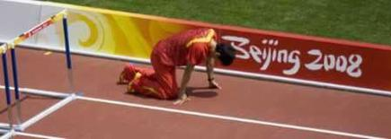 <p>Liu Xiang, da China, se aquece antes da prova de 110 metros com barreiras, pouco antes de sentir uma contusão que o tiraria dos Jogos. Photo by Stringer</p>
