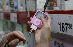 <p>Un modello di iPod Nano in negozio di elettronica a Fayetteville, Arkansas. REUTERS/Jessica Rinaldi (Usa)</p>