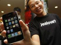 <p>Il primo acquirente del nuovo 3G iPhone a Hong Kong. REUTERS/Bobby Yip/Files</p>