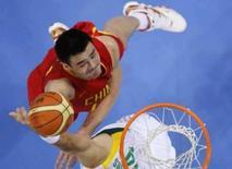 <p>O chinês Yao Ming (esq) tenta marcar ponto contra a Lituânia durante partida em Pequim, dai 20 de agosto. Veja abaixo quem sobe e quem desce nos Jogos Olímpicos de Pequim após as competições desta quarta-feira. Photo by Lucy Nicholson</p>