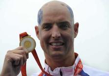 <p>Maarten van der Weijden, da Holanda, mostra a medalha de ouro conquistada na maratona aquática Olímpica de 10km. Photo by Wolfgang Rattay</p>