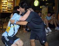 <p>Diego Maradona beija o atacante da seleção argentina Lionel Messi no hotel da equipe em Pequim, na quarta-feira. Photo by Stringer</p>