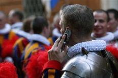 <p>Guardia Svizzera del Vaticano parla al cellulare, in un'immagine d'archivio. REUTERS/Alessandro Bianci</p>