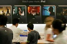 <p>Las descargas de música para los reproductores digitales iPod sufrieron una misteriosa falla en China, dejando perplejos a muchos usuarios que temen que el Gobierno haya bloqueado la página de iTunes por letras de canciones en favor del Tíbet, afirmaron analistas el jueves. Desde el lunes, más de 60 personas han dejado mensajes en un foro de discusión de Apple Inc, donde se quejan de que no pudieron descargar canciones para el iPod. Photo by (C) KIYOSHI OTA / REUTERS/Reuters</p>