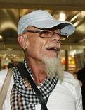 <p>El roquero británico Gary Glitter en el aeropuerto Suvarnabhumi de Bangkok, 20 ago 2008. El roquero británico Gary Glitter (en la foto) dejó Bangkok con destino a Londres, después que Tailandia y Hong Kong le prohibieran la entrada tras haber cumplido sentencia en una cárcel vietnamita por abuso sexual a menores, dijo el jueves el Ministerio de Relaciones Exteriores británico. 'Esta en un vuelo de Tailandia a Gran Bretaña. No estamos confirmando ningún detalle del vuelo', dijo un portavoz del ministerio. Photo by (C) SUKREE SUKPLANG / REUTERS/Reuters</p>