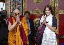<p>Il leader spirituale tibetano, il Dalai Lama, con la first lady francese Carla Bruni-Sarkozy, il 22 agosto 2008. REUTERS/Philippe Laurenson (Francia)</p>