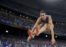 <p>Maurren Higa Maggi salta para conquistar a medalha de ouro do salto em distância dos Jogos de Pequim, nesta sexta-feira, no estádio Ninho de Pássaro. Photo by Kai Pfaffenbach</p>