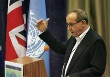 <p>Foto de archivo del titular de la Secretaría para el Cambio Climático de la ONU, Yvo de Boer, en Hawái, EEUU, 30 ene 2008. Los nuevos gases de efecto invernadero emitidos en la fabricación de televisores de pantalla plana y algunos refrigeradores podrían ser limitados en el nuevo tratado de la ONU contra el calentamiento global, dijeron el viernes delegados en las conversaciones de la ONU en Ghana. Las emisiones de los gases industriales desarrollados más recientemente, entre ellos el fluorinado y el trifluoruro de nitrógeno, se estiman en un 0,3 por ciento del total que emiten los países ricos. Pero las emisiones están creciendo. (Foto de archivo) Photo by (C) HUGH GENTRY / REUTERS/Reuters</p>