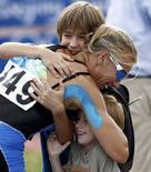 <p>Josefa Idem festeggia la medaglia con i figli. REUTERS/Darren Whiteside</p>