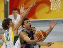 <p>Carlos Delfino, da  Argentina, sobe para a cesta marcado por Simas Jasaitis (E) e Marijonas Petravicius, da Lituânia, na disputa da medalha de bronze. Photo by Jason Reed</p>
