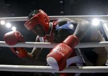 <p>Carlos Banteaux (esquerda) de Cuba durante final do boxe (até 69kg) contra Bakhyt Sarsekbayev, do Cazaquistão, nos Jogos de Pequim, neste domingo. Photo by Lee Jae-Won</p>