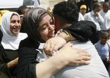 <p>Prisioneiro palestino liberto é recebido por parente em Ramallah. Photo by Fadi Arouri</p>