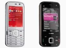 <p>Nokia a présenté deux nouveaux téléphones portables haut de gamme, le N79 (à gauche) et le N85, destinés à endiguer la concurrence venue de groupes comme Apple et Samsung. /Photo diffusée le 26 août 2008/REUTERS/Nokia</p>