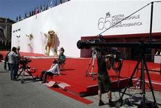 <p>Staff prepares the red carpet in front of the Cinema Palace in Venice August 26, 2008. The 65th Venice Film Festival will take place from August 27 to September 6, 2008. REUTERS/Max Rossi</p>