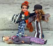 <p>Due bambole Bratz e una Barbie a terra. REUTERS/Stephen Hird</p>