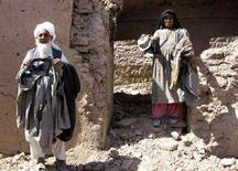 <p>Жители дома, разрушенного в результате бомбового удара, который предположительно нанесли вооруженные силы США, 23 августа 2008 года. Россия предприняла неудавшуюся попытку заставить Совет безопасности ООН осудить воздушные нападения коалиционных сил в Афганистане под руководством США, которые привели к гибели десятков мирных жителей. REUTERS/Mohammad Shoiab (AFGHANISTAN)</p>