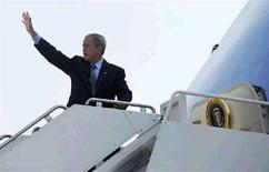 <p>Президент США Джордж Буш на трапе самолета Air Force One на базе в Мэрилэнде, 15 августа 2008 года. Ослабление позиций президента США Джорджа Буша на международной арене придало смелости России, продемонстрировавшей в Грузии военную мощь и взявшей на себя ответственность за будущее двух самоопределившихся республик - Абхазии и Южной Осетии. REUTERS/Jonathan Ernst (UNITED STATES)</p>
