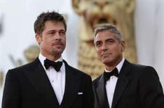 <p>Os atores Brad Pitt (esq) e George Clooney posam no tapete vermelho no Festival de Viena, dia 27 de agosto. Brad Pitt e George Clooney protagonizam uma comédia maluca dos irmãos Coen em que dois funcionários de uma academia de Washington se envolvem no mundo da espionagem internacional, com consequências mortais. Photo by Max Rossi</p>