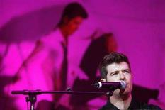 <p>Robin Thicke performs in Anaheim, California September 1, 2007. REUTERS/Mario Anzuoni</p>