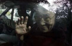 <p>Dalai Lama acena de dentro do carro, ao chegar ao hospital em Mumbai. Ele se internou devido a um desconforto abdominal, mas os médicos dizem que não há motivos para se preocupar com a saúde do líder espiritual tibetano. Photo by Stringer</p>