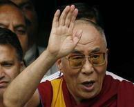 <p>Il Dalai Lama lascia l'ospedale Lilavati di Mumbai. REUTERS/Punit Paranjpe (INDIA)</p>